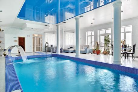 بركة السباحة تميز البيت والعائلة البيان