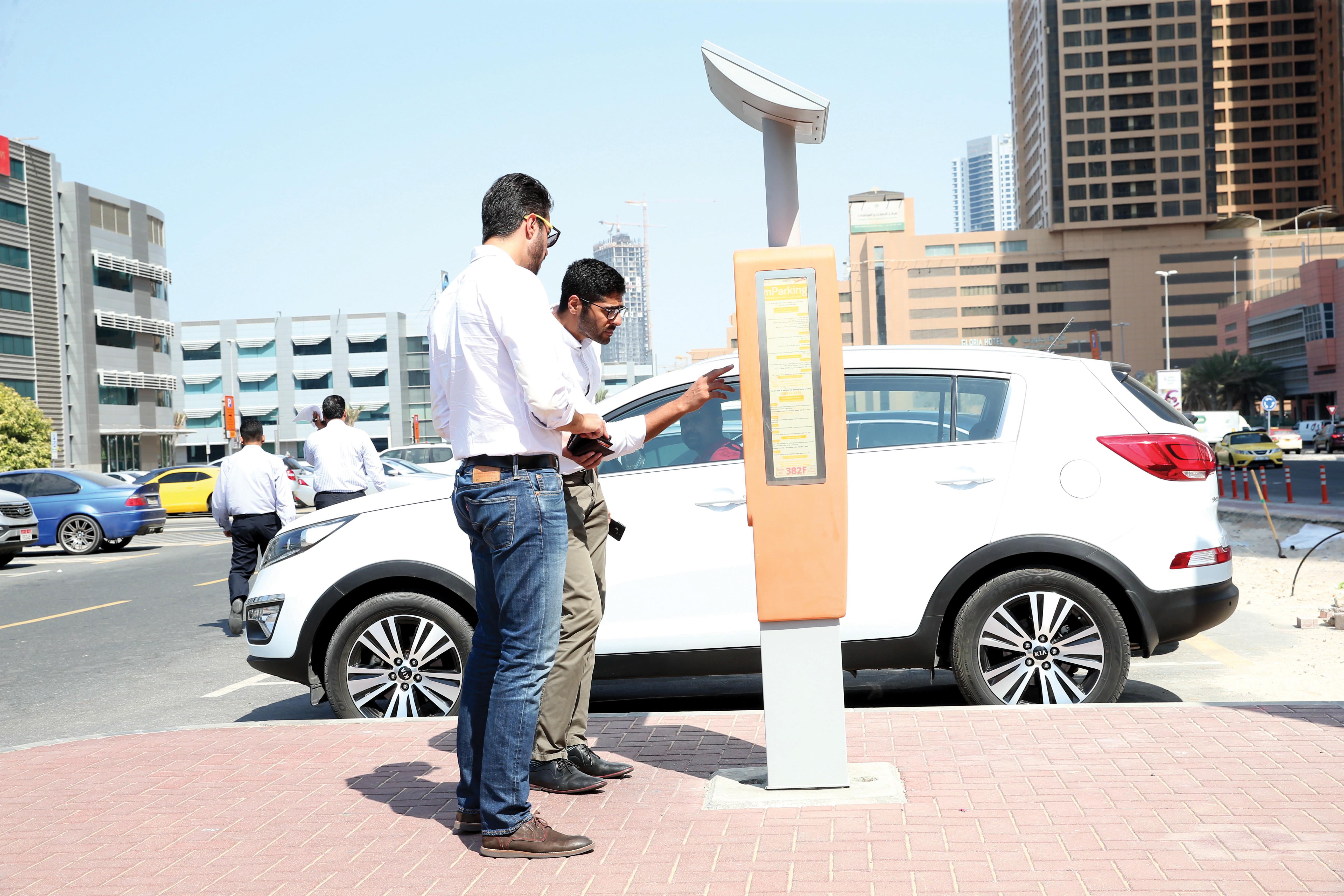 مواقف المركبات في «دبي للإعلام» وقرية المعرفة هاجس يومي  مواقف المركبات في «دبي للإعلام» وقرية المعرفة هاجس يومي